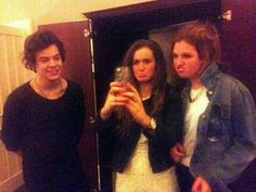 I'm Guessin harry isn't to familiar with the mirror pic concept! Hahahahahahahaha laughing forever at him