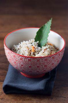 Il riso con la quinoa è davvero una bella invenzione. A me piace molto anche la quinoa da sola ma ammetto che sia un po' amara e quindi si tratta di un gusto che non incontra il palato di tutti.Mischiata con il riso è perfetta. Ne viene fuori un riso con un tocco croccante decisamente piacevole Come sempre ultimamente questa ricetta non è stata pensata ma improvvisata con gli ingredienti che avevo in casa.Questo è stato un weekend difficile. Ci ha messo di nuovo davanti ad una realtà…