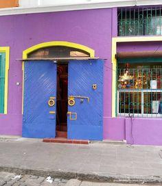 Portón y fachada pintada multicolor en La Boca junto a Caminito