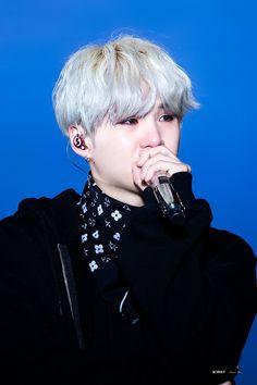 Suga crying during his ment BTS Wings Tour Final Bts Suga, Min Yoongi Bts, Bts Bangtan Boy, Bts Jungkook, Namjoon, Taehyung, Hoseok, Daegu, Foto Bts