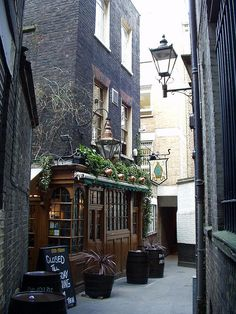 Old Mitre Pub, Clerkenwell, Londres British Pub, British Isles, British History, London Pubs, Old London, Oh The Places You'll Go, Places To Visit, Hatton Garden, Old Pub