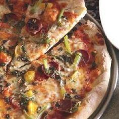 Massa de pizza - A massa fica macia e com a borda crocante. Utilize o seu molho preferido para cobrir a massa e os ingredientes que desejar para fazer esta pizza deliciosa.