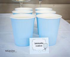 Sjokoladepudding og vaniljesaus i pappkopper, lyseblå. Perfekt på dessertbordet!