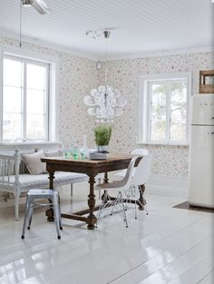 Feminine wallpaper with wood table and white Smeg fridge Scandinavian Cottage, Floor Finishes, White Wood, Wood Table, Kitchen Dining, Sweet Home, Dining Tables, Dining Rooms, House Design