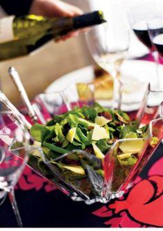 Jouluinen salaatti on vihreä salaatti, joka saa makunsa kolmesta erilaisesta salaatista, emmentaljuustosta ja pähkinöistä. Jouluinen salaatti täydentää juhla-aterian! I Love Food, Salads, Table Decorations, Baking, Recipes, Christmas, Xmas, Bakken, Recipies