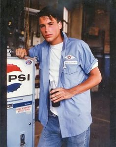 Rob Lowe as Sodapop Curtis - the outsiders. One of my all-time favorite movies! The Outsiders Sodapop, The Outsiders Cast, Soda Pop Outsiders, Pretty Boys, Cute Boys, Rockabilly, Matt Dillon, Image Film, Por Tv
