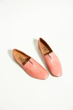 A sophisticated take on a classic Moroccan-inspired slipper. Hand washed leather in a beautiful pink color, minimal center slit, and leather lined. Rubber sole.