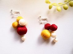 小さな手まりのような、つややかな糸並みが美しい巻き玉。