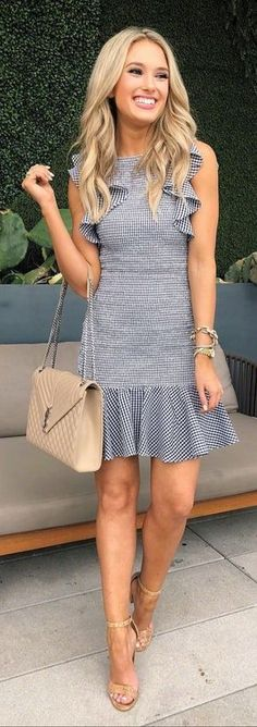 These Outfits are very classic and suitable for the Spring Season. You should own these Spring Outfits which are followed by most fashion-forward women across the world.