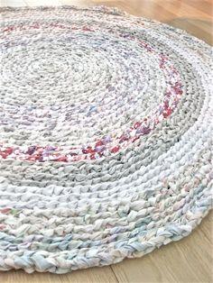 Rag rug inspiration - round diy bed sheets, old sheets, vintage sheets, fit Diy Bed Sheets, Tshirt Garn, Rag Rug Diy, Diy Rugs, Homemade Rugs, Rag Rug Tutorial, Braided Rag Rugs, Rug Inspiration, Vintage Sheets