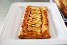 Need to find easy caramel sauce recipe Quick Easy and Yummy Apple Tart The Pioneer Woman Cooks Ree Drummond Apple Tart Puff Pastry, Puff Pastry Desserts, Puff Pastry Recipes, Tart Recipes, Köstliche Desserts, Apple Recipes, Sweet Recipes, Delicious Desserts, Dessert Recipes