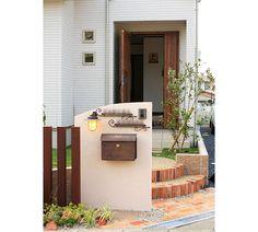 かばんのようなポストとレトロなライト Retaining Wall Fence, Compound Wall, Front Porch, Natural Wood, Entrance, Landscape, Architecture, Home, Nature