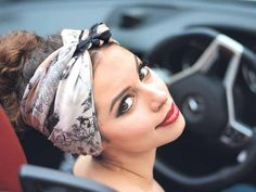 Turban Headbands Hairstyles are one of the amazing choices to enhance your look. Big bow headbands are one of the most famous bow trends at the moment. Thick headbands made of fabric may have long ends to look like a scarf. Chic Hairstyles, Ponytail Hairstyles, Black Women Hairstyles, Summer Hairstyles, Hairstyle Ideas, Thick Headbands, Turban Headbands, Short Dread Styles, Long Hair Styles