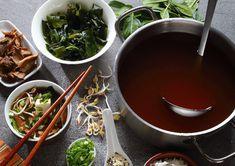 """Fischsauce ist ein wichtiger Bestandteil in der asiatischen Küche. Diese von Sebastian Copien kreierte vegane Fischsauce steht dem tierischen Original in nichts nach. Weitere Rezepte hat Sebastian Copien in seinem Buch """"Die vegane Kochschule"""" festgehalten."""