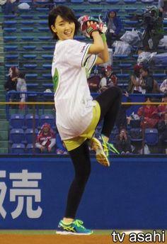 """女優の剛力彩芽(24)が13日、東京・新宿区の明治神宮球場で行われたプロ野球交流戦「東京ヤクルトスワローズvs東北楽天ゴールデンイーグルス」戦で始球式を行った。 剛力がイメージキャラクターを務めるヤクルト「ジョア」シリーズの期間限定商品「ジョア 手摘みキウイ」のPRの一環。 4度目の始球式で、「去年… / 剛力彩芽、リベンジ失敗!""""求婚""""には「そろそろ」 #始球式 #剛力彩芽 #野球"""