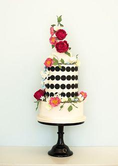 Black circle wedding cake with florals Black And White Wedding Cake, Luxury Wedding Cake, White Wedding Cakes, Wedding Cakes With Flowers, Red Wedding, Black White, Cascading Flowers, Forest Wedding, Floral Wedding
