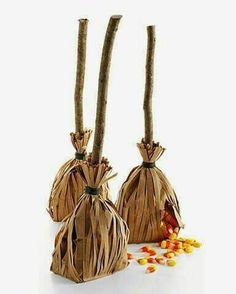 Witch Broom Party favors for a fun Halloween party with your kids! Click the pin for more fun ideas from our Just Kid-ding Around Tab! Diy Halloween, Humour Halloween, Dulces Halloween, Halloween Witch Decorations, Hallowen Ideas, Manualidades Halloween, Halloween Party Favors, Halloween Treat Bags, Holidays Halloween