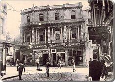 Beyoğlu, 1930 lar - Yıl 1933, bir Selahattin Giz fotoğrafı. Burası bugünkü Galatasaray Meydanı. İngiliz Konsolosluğuna ve Hammalbaşı'na giden yoldan Meydana bakıyoruz