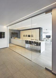 Porte en verre avec partie fixe entre piscine et cuisine - ANYWAYdoors