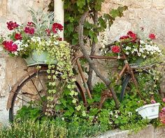 Vintage Garden Decor Creative Ideas Container gardeners take note. Tired of clay pots? Vintage Garden Decor, Vintage Gardening, Outdoor Garden Decor, Organic Gardening, Old Bicycle, Bicycle Decor, Deco Floral, Art Floral, Rustic Gardens