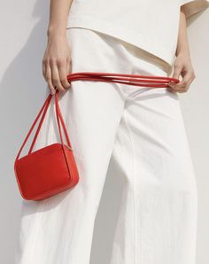 For many women, buying a genuine designer handbag is just not something to dash straight into. Because they handbags can easily be so high priced, ladies usually worry over their decisions before making an actual handbag acquisition. Bags Online Shopping, Discount Shopping, Online Bags, Summer Accessories, Leather Accessories, Cos Bags, Cos Stores, Small Leather Bag, Modern Wardrobe