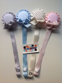 Chupeteros con plisado de Anisetes Baby Crafts, Felt Crafts, Baby Presents, Dummy Clips, Baby Sewing Projects, Pacifier Holder, Welcome Baby, Baby Wearing, Kids And Parenting