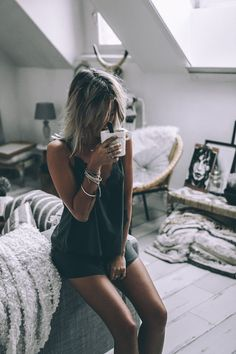 6 Best Hip Exercises for Women Health : Sport for Women in 2020 - Frau Shooting Photo Boudoir, Boudoir Photos, Café Sexy, Sexy Legs, Paris Girl, Coffee Girl, Photography Women, Look Fashion, Beauty Women