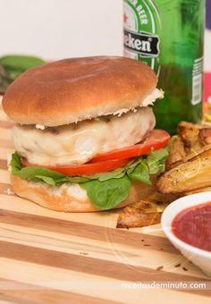 Hambúrguer de Frango com Linguiça, simples e delicioso. Veja a receita aqui: http://receitasdeminuto.com/hamburguer-de-frango-com-linguica