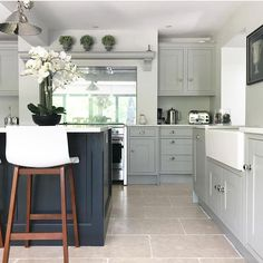 Trendy kitchen cabinets two tone color combos interior design Two Tone Kitchen Cabinets, Kitchen Cabinet Colors, Kitchen Units, Kitchen Colors, Coloured Kitchen Cabinets, Two Toned Kitchen, Shaker Kitchen, Black Cabinets, Green Kitchen