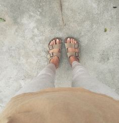 These Birkenstock s need to be on my feet this instant Looks Chic, Looks Style, Style Me, Tan Birkenstocks, Zapatillas Casual, Walk This Way, Mode Inspiration, Mode Style, Spring Summer Fashion