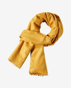 Wollschal    Dieser großzügig geschnittene Schal erhält durch seine Fertigung aus Baumwolle und Wolle einen besonders weichen Griff. Dadurch trägt sich das Accessoire angenehm weich auf der Haut. Kurze, stoffeigene Fransen akzentuieren das puristische Design. Aus 60% Baumwolle, 40% Wolle....