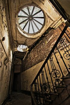 Elegant stairwell at the Sheffield Old Town Hall/Court House, Sheffield, England. The courts were moved in the and the building is out of use. In 2007 it was named by the Victorian Society as one of their top ten buildings most at-risk. Old Abandoned Buildings, Abandoned Castles, Abandoned Mansions, Old Buildings, Architecture Old, Beautiful Architecture, Beautiful Buildings, Architecture Details, Beautiful Stairs