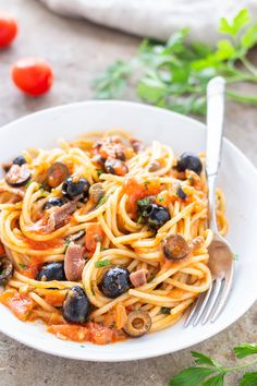Spaghetti alla puttanesca, semplicissima e gustosa Asian Recipes, Mexican Food Recipes, Healthy Recipes, Famous Italian Food, Italian Food Restaurant, Pasta Puttanesca, Gnocchi, Risotto, Italian Cooking