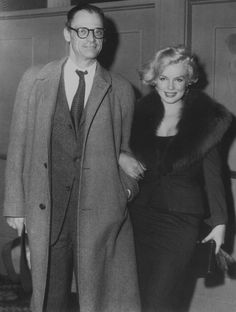 1959 / Carson McCULLERS invita dans sa maison de Nyack (Etat de New York), le couple MILLER, où Karen BLIXEN les rejoignit  pour discuter longuement de poésie. Le repas fut composé d'huîtres, de raisin blanc, de champagne et d'un soufflé. Le soir eut lieu la présentation New-Yorkaise de « Some like it hot ». Marilyn y assista avec Arthur MILLER. Cette projection plongea Marilyn dans le désespoir. Arthur MILLER, comme la plupart des critiques, lui trouva un formidable talent comique. Billy…