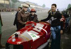 "Antonio Ascari segura seu Bambino Alberto ""Ciccio"" Ascari com Giulio Ramponi ao lado de sua Alfa Romeo P2 em Monza 1924. Foto Charmeston Scheller."