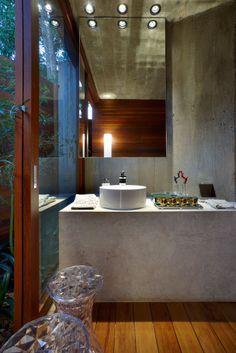 Casa Bosque da Ribeira de 120 m² em Nova Lima / Carlos Alexandre Dumont (Carico) #lavabo #banheiro #restroom #bathroom #green #lighting