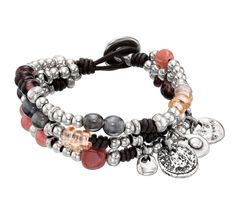 Pulsera de cuero marrón  compuesta por varias hileras de abalorios bañados en plata y cristales artesanales multicolores.