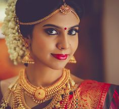 25 Super Ideas For South Indian Bridal Makeup Traditional Kerala Hindu Bride, South Indian Wedding Hairstyles, Indian Wedding Makeup, South Indian Bride, Gold Jewellery Design, Bridal Beauty, Wedding Jewelry, Marie, Bollywood