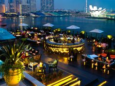 Singapore: Fullerton Bay This glass box of a hotel overlooks Marina Bay; its rooftop bar, Lantern, is ideal for an evening drink Hotel Rooftop Bar, Best Rooftop Bars, Rooftop Restaurant, Rooftop Terrace, Rooftop Lounge, Marmaris, Fullerton Bay, Bar Deco, Roofing Options