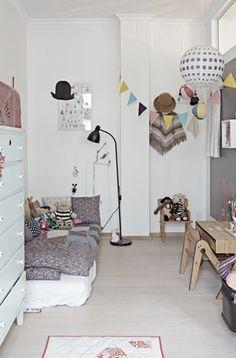 Dormitorio infantil ecléctico.