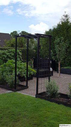 I'd like some thing similar to separate our back garden where the washing li - Garten Back Gardens, Small Gardens, Outdoor Gardens, Vegetable Garden Design, Garden Cottage, Dream Garden, Garden Planning, Amazing Gardens, Garden Inspiration