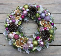 Ponad 25 wyjątkowych pomysłów na temat Dekoracje świąteczne na Pintereście Christmas Advent Wreath, Teen Christmas Gifts, Handmade Christmas Decorations, Xmas Wreaths, Christmas Mood, Xmas Decorations, Christmas Crafts, Diy Wreath, Ornament Wreath