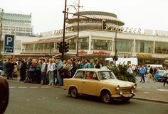 Mehr als 25 Jahre ist es her: Das neue Kranzler-Eck gab es noch nicht einmal als Idee, und Trabis fuhren über den Kurfürstendamm - November 1989. Dank an Frank-Max Polzin!