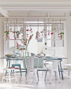 Summery dinette with floral decoration | Styling @Cleo Scheulderman | Photographer Jeroen van der Spek | vtwonen May 2015