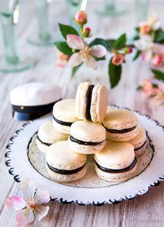 Lakritsitoffeella täytetyt macaronit ovat suurta herkkuani. Mustavalkoiset leivokset sopivat esimerkiksi lakkiaisten kattaukseen.