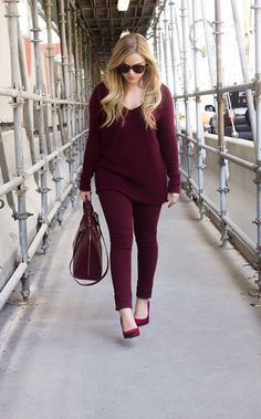One color winter look Burgundy Skinny Jeans, Burgundy Sweater, Monochrome Outfit, Monochrome Fashion, Look Fashion, Fashion Outfits, Womens Fashion, Fashion Scarves, Curvy Fashion