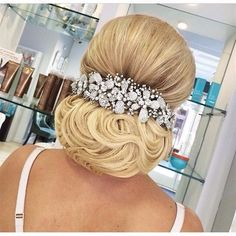 There is a common belief that women with curly hair are facing difficulties in controlling their frizzy hair and also not suitable for any kind of hair styles. Low Bun Hairstyles, Elegant Hairstyles, Bride Hairstyles, Evening Hairstyles, Bridal Hair And Makeup, Hair Makeup, Bridal Hair Inspiration, Hair Up Styles, Hair Art