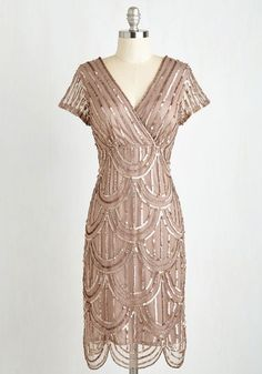 One would be pushed to find a vintage screen siren as stylish as The Great Gatsby's Daisy Buchanan. When the newest movie adaptation was released just over two years ago, the world went mad for vintage glamour, and to this day Daisy Buchanan… Great Gatsby Dresses, Unique Dresses, Trendy Dresses, 1920s Inspired Dresses, Retro Vintage Dresses, Vintage Mode, Vintage Hats, Vintage Prom, Festival Looks