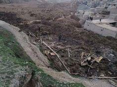 2日、アフガニスタン・バダフシャン州で、大規模地滑り後に生存者を捜す人々(AP=共同)