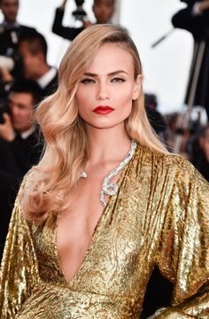 Pin for Later: 26 Devastatingly Gorgeous Celebrity Beauty Looks From Cannes 2015 Natasha Poly Natasha brought the va-va-voom with sculpted retro waves and a bold red pout at the premiere of The Sea of Trees. Celebrity Makeup Looks, Celebrity Beauty, Celebrity Look, Celebrity Hairstyles, Diy Hairstyles, Wedding Hairstyles, Red Carpet Hairstyles, Medium Hairstyles, Curly Haircuts
